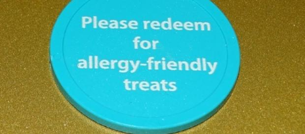 Kids redeem teal tokens for safe Halloween treats. (Photo by Barb Nefer)