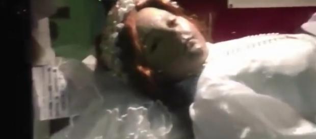 Santa Inocência supostamente abre os olhos em vídeo registrado no México (Crédito: YouTube/BE-NEWS)