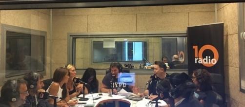 """El equipo de """"La Noche Pirata"""" en el estudio de 10 Radio"""