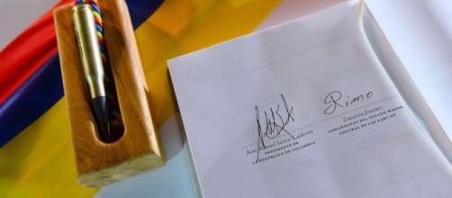 Firmas del acuerdo de Paz entre el presidente Manuel Santos y Fuerzas Armadas Revolucionarias de Colombia - Ejército del Pueblo FARC-EP