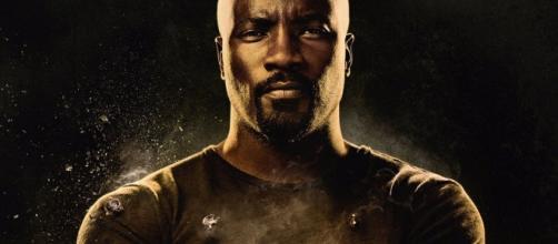 Mike Colter es Luke Cage, el héroe afro-americano antibalas.