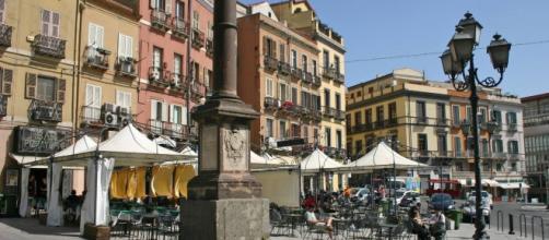 Piazza Yenne a Cagliari: nella foto piccola, in basso a destra, il giovane arrestato dalla Polizia