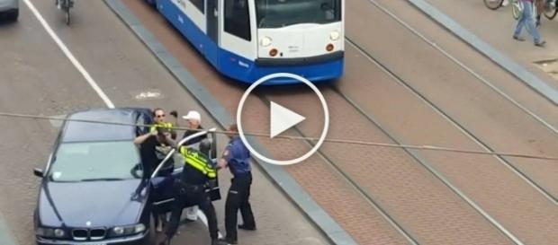 Bójka między Polakiem a holenderską policją.