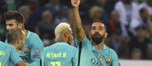 Arda Turan celebra el gol de la victoria contra el Borussia Mönchengladbach