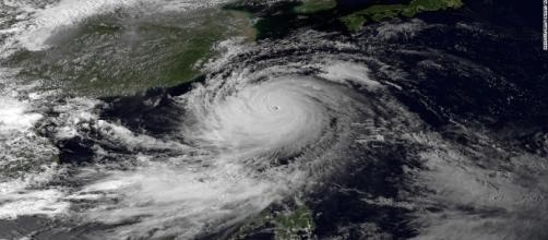 Fotografia satellitare di un tifone sul giappone