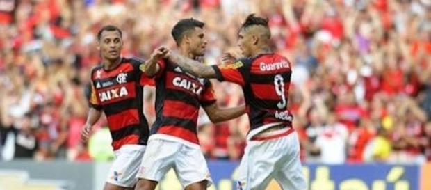 Corinthians volta a agitar o mercado da bola e quer contratar jogador do Flamengo