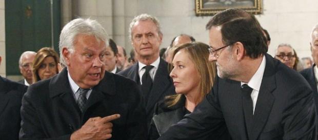 Felipe González hablando con Mariano Rajoy. Susana Díaz está justo detrás del primero.