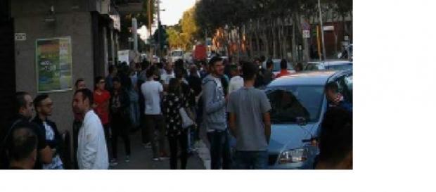 Tante persone in fila per comprare i biglietti di Matera- Foggia.