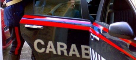 Arrivati nella casa di via Trieste, i carabinieri hanno trovato l'uomo, Carmelo Reitano e la moglie, colpita con diverse coltellate al collo
