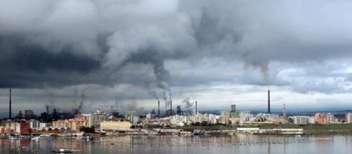 Ilva, nuvole di polveri sopra il Mar Piccolo di Taranto