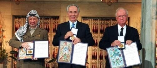 Peres con gli altri leader politici alla consegna del Premio Nobel per la Pace