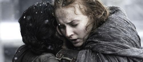 Sansa abraza a su hermano Jon tras reencontrarse con él /HBO