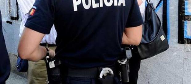 Agente da PSP pronto para proteger e defender pessoas e bens