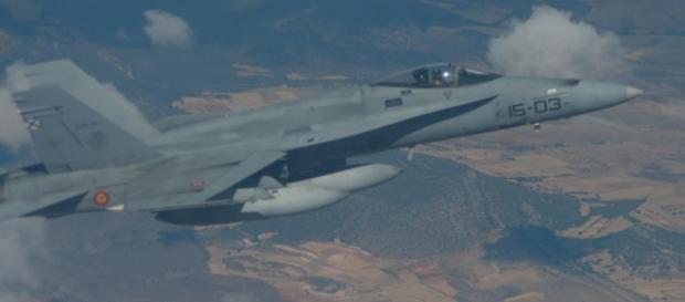 F-18 en vuelo de vuelta de una misión de bombardeo