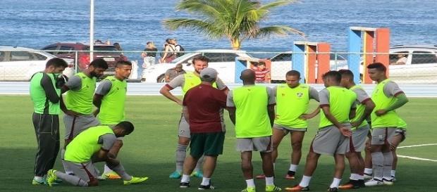Levir orientando jogadores antes do treino na Urca (Foto: Edgard Maciel de Sá/Globoesporte)
