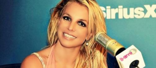 #BritneySpears recensisce il nuovo album, '#Glory, in diretta radiofonica '#SiriusX'. #BlastingNews