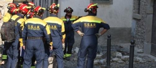 Vigili del fuoco impegnati nelle zone devastate dal terremoto
