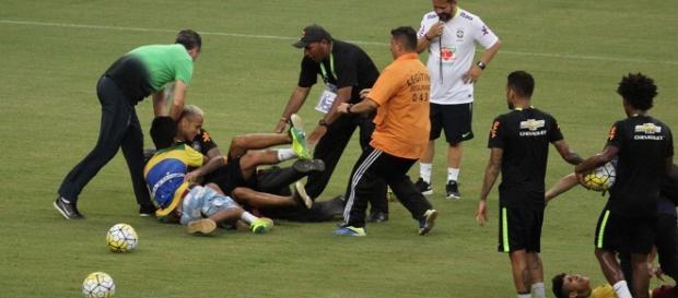 Neymar é derrubado por grupo de torcedores