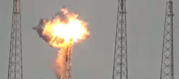 O rachetă SpaceX Falcon 9 a explodat pe rampa de lansare, stârnind o controversă legată de cauzele exploziei