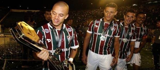 Título da Primeira Liga vira livro para torcedor do Fluminense (Foto: Infoglobo)
