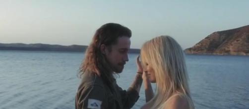 Julien Doré avec la sulfureuse Pamela Anderson