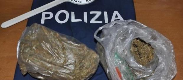 La Polizia ha sequestrato oltre un chilo di marijuana e altra droga.
