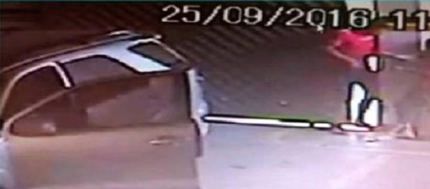 Suspeito de sequestro fica preso no portão eletrônico de garagem da vítima