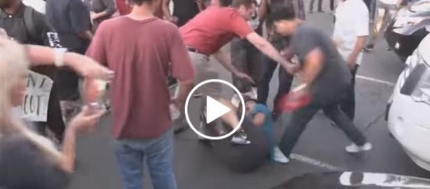 Wściekły tłum rzucił się na mężczyznę.