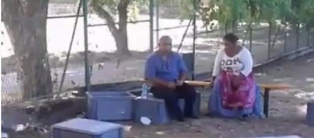 Cele două persoane prinse la furat - captura video