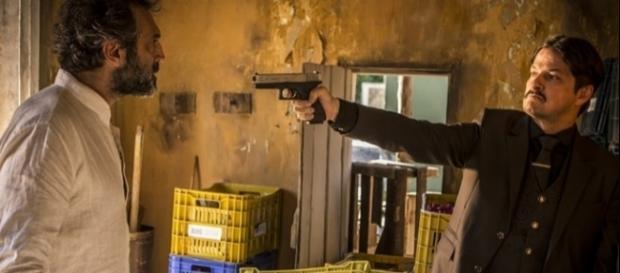 Em Velho Chico Carlos ameaça Santo com uma arma de fogo