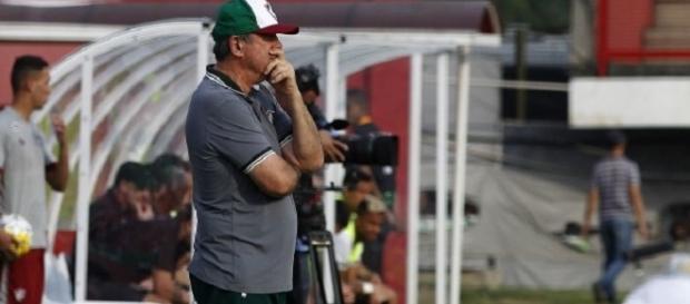 Levir Culpi observa equipe na vitória sobre o Figueirense pelo Brasileirão (Foto: Mailson Santana/Divulgação FFC)