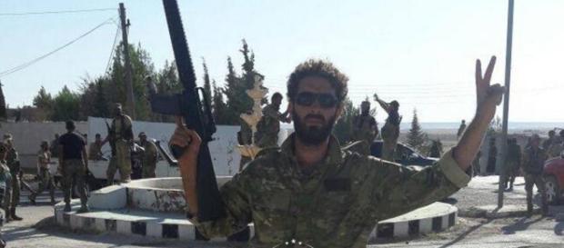 Luptători din Armata Siriană Liberă la un sens giratoriu din localitatea Al-Ganhurah, eliberată după trei ani de sub jugul ISIS - Foto: Guardian