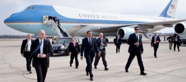 Președintele Barack Obama coborând din fortăreața zburătoarea cunoscută sub numele de Air Force One
