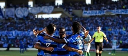 Jogadores comemoram vitória do azulão