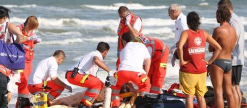 La giornata al mare si trasforma in tragedia: donna muore in spiaggia a Ostia