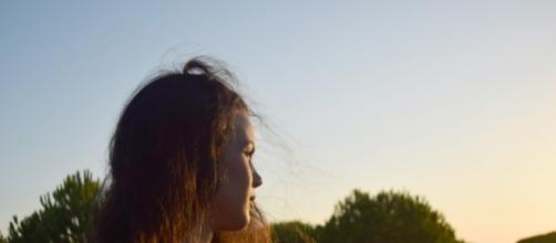 Observa los destellos de sol en el pelo