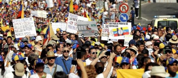 CIENTOS DE VENEZOLANOS EN MADRID SE MANIFIESTAN