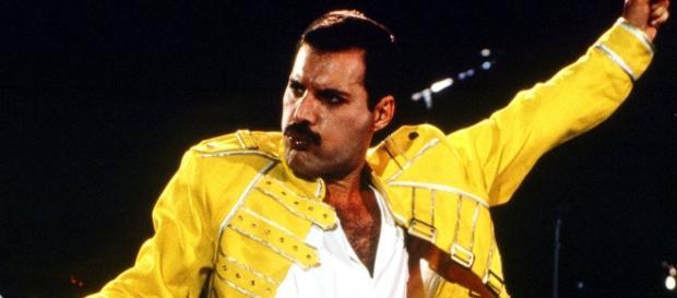 Freddie Mercury con su mítica chaqueta amarilla en un concierto