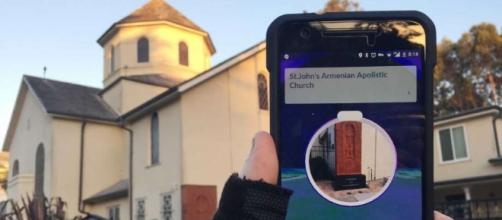 Jovem youtuber grava vídeo jogando Pokémon Go na igreja