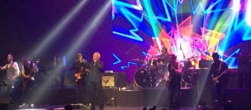 Tom Jones es todo un carismático frontman y cantante, con más de 100 millones de discos vendidos