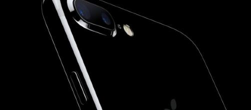 Un iPhone que simula el diseño del Mac Pro en negro cromado