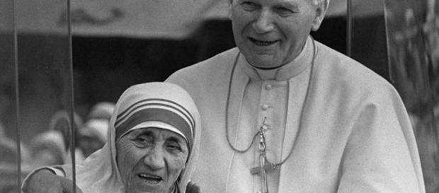 Madre Teresa de Calcutá, declarada santa no dia 4 de setembro, foi um mito cuidadosamente construído pela Igreja Católica.