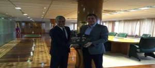 Peter Siemsen, presidente do Fluminense, à esquerda, com Alejandro Dominguez, gestor da Conmebol, na sede da entidade sul-americana (Foto: Facebook)