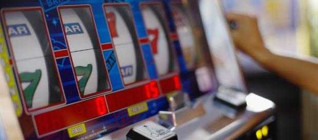 Stretta sulle slot machine nei luoghi sensibili
