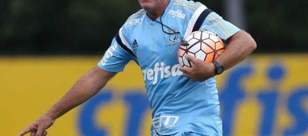 Cuca, técnico do Palmeiras, em treino na Academia