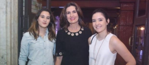 Fátima Bernardes curte show com as filhas, após separação