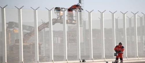 La recinzione già presente in prossimità del campo profughi.
