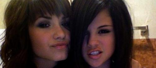 Selena Gomez Texting During Demi Lovato's 2015 Video Music Awards ... - j-14.com