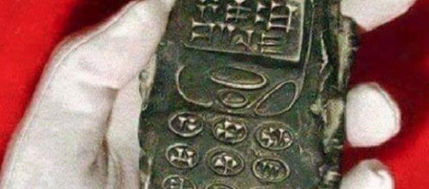 Obiect vechi de 800 de ani care seamănă cu un telefon mobil