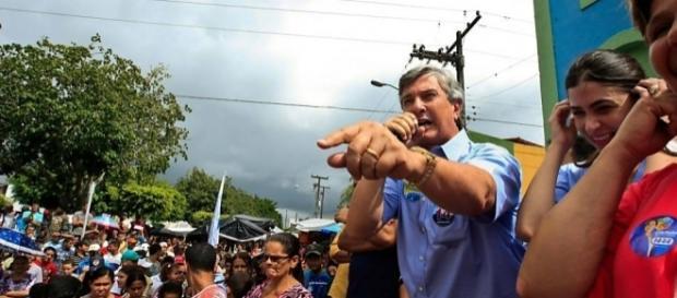 Fernando Collor discursa em comício